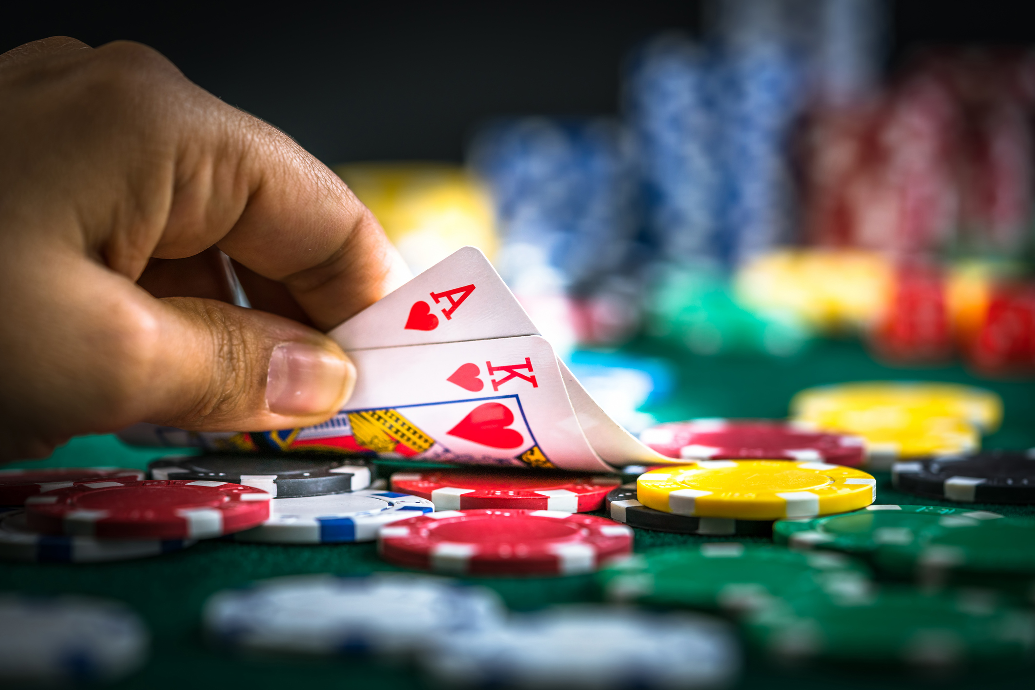 The Art Of Bluffing In Poker Online Gaming